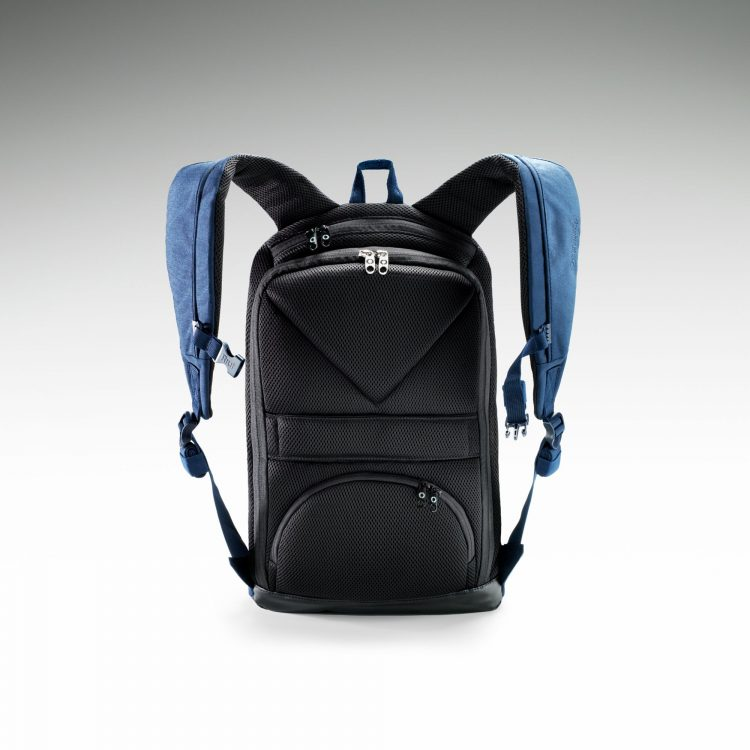 "The Riut RiutBag R15 Eliminates that ""Excuse Me, But Your Bag Is Open"" Moment"