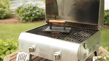 GearDiary Cuisinart's Cast Iron Press Reduces Splatter & Adds Grilled Marks to Your Meats